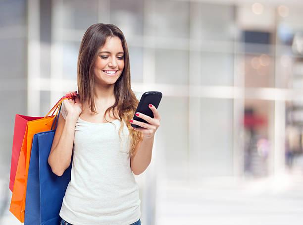 mobiles einkaufen - dresses online shop stock-fotos und bilder