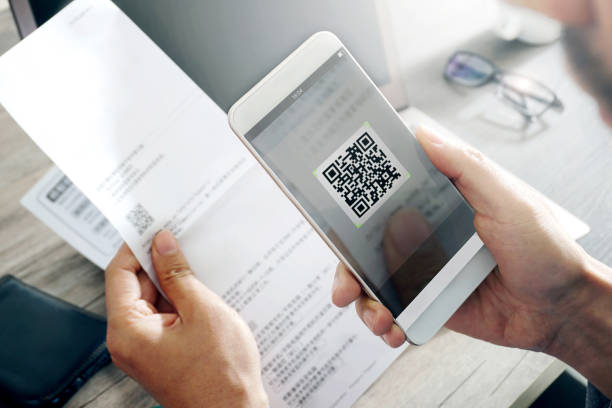 Móvil smartphone escaneando este código qr - foto de stock