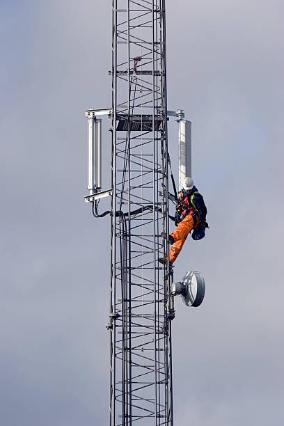 mobile telefono cellulare albero di manutenzione - ripetitore foto e immagini stock
