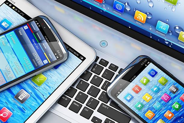 koncepcja mobilności z urządzeń cyfrowych na laptop - przemysł elektroniczny zdjęcia i obrazy z banku zdjęć