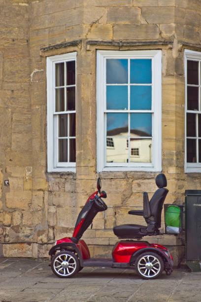 vespa de la movilidad en la calle alta de grantham - couch potato refrán en inglés fotografías e imágenes de stock