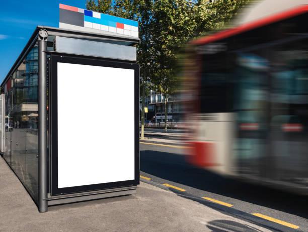 Mock up banner template na empresa Bus Shelter Media rua ao ar livre sinal de ônibus em movimento de fundo - foto de acervo