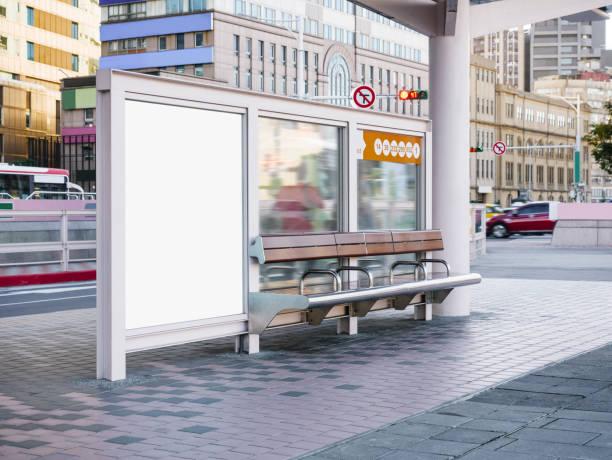 mock up sjabloon voor spandoek bij bushalte media buiten straatnaambord weergeven - bushalte stockfoto's en -beelden