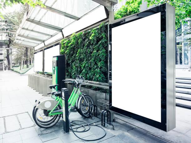 Mock-se outdoor na rodoviária com estacionamento de bicicletas públicas - foto de acervo