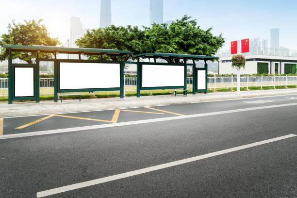 Mock-se caixa de luz da Billboard no abrigo de ônibus exibir sinal de rua ao ar livre - foto de acervo