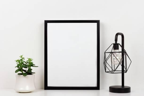 mock-up in schwarz gegen weiße wand mit sukkulente und lampe auf einem weißen regal - regal schwarz stock-fotos und bilder