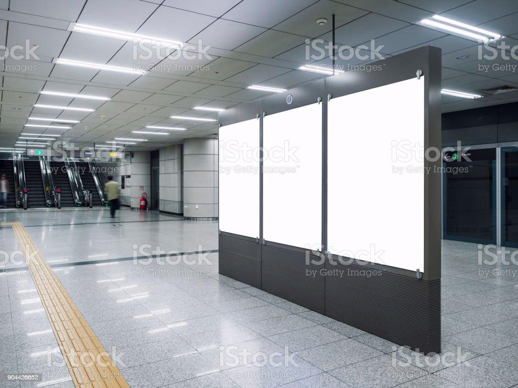 Mock-up Banner-Rohling in u-Bahnstation mit unscharfen Menschen - Lizenzfrei Ankunfts- und Abfahrtstafel Stock-Foto