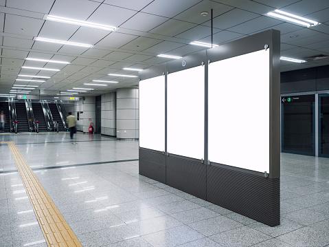 Mockup Bannerrohling In Ubahnstation Mit Unscharfen Menschen Stockfoto und mehr Bilder von Ankunfts- und Abfahrtstafel