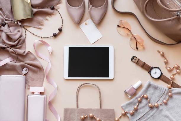 makieta pusty pusty cyfrowy ekran tabletu na beżowej mody kobiet stylowe akcesoria z tag strój glamour ustawić płaskie świeckie tło, online pad komputer zakupy koncepcji technologii, powyżej widoku z góry - akcesorium osobiste zdjęcia i obrazy z banku zdjęć