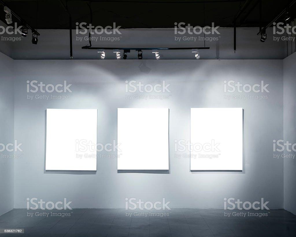 Simulados Cartel Blanco En Pared Con Centro De Atención Fotos De ...
