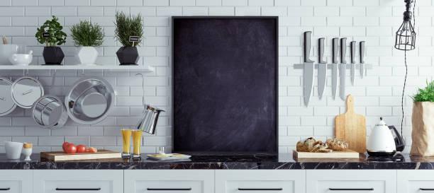 mock up schoolbord in keuken interieur, scandinavische stijl, panoramische achtergrond - keukengereedschap stockfoto's en -beelden