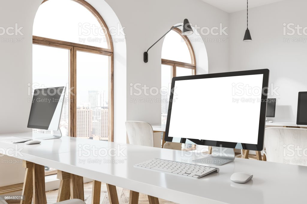 Mock up computer screen on a white table zbiór zdjęć royalty-free