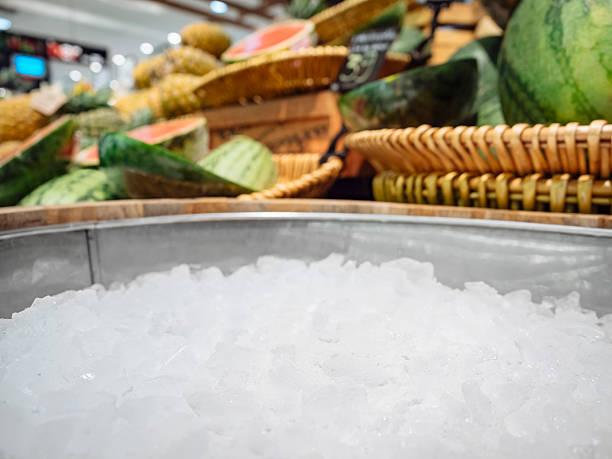 모의 디스플레이 으깨짐 빙판 신선한 과일 식품 및 음료 - 얼음 조각 뉴스 사진 이미지
