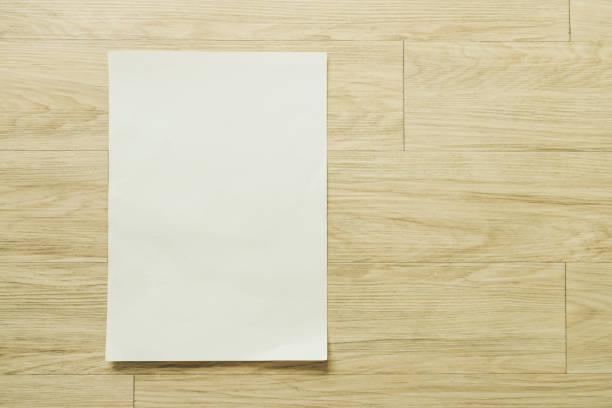 Simulacros de folleto folleto diseño flyer A4 tamaño papel disposición espacio para maqueta de ilustración de plantilla, plano ponga en tabla de madera desde la vista superior - foto de stock
