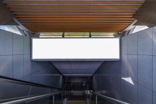 horizontale mock up poster gewerbliches schild in der u-bahn-station - u bahnstation stock-fotos und bilder