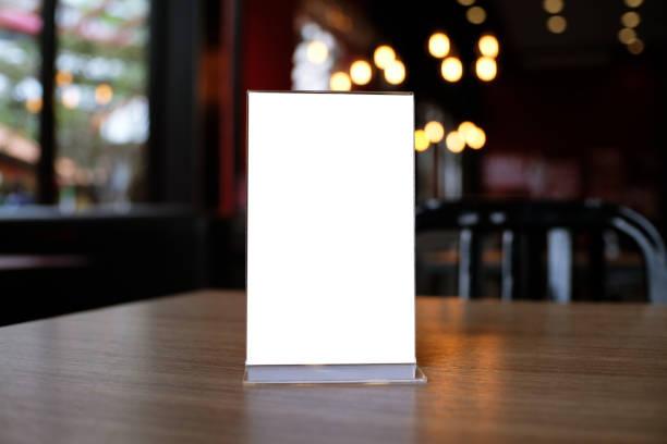 mock-up menü frame stehen auf holztisch im bar-restaurant-café. platz für text - speisekarte stock-fotos und bilder