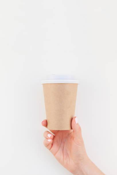 mock-up der kaffeetasse in weiblicher hand - eco bastelarbeiten stock-fotos und bilder