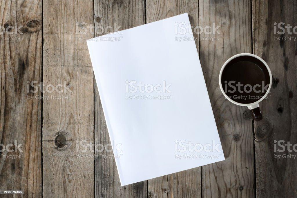 一杯のコーヒーとウッドの背景にモックアップを作成 ロイヤリティフリーストックフォト