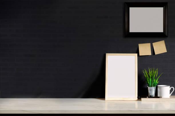 mock-up fotorahmen auf mable tisch. - regal schwarz stock-fotos und bilder