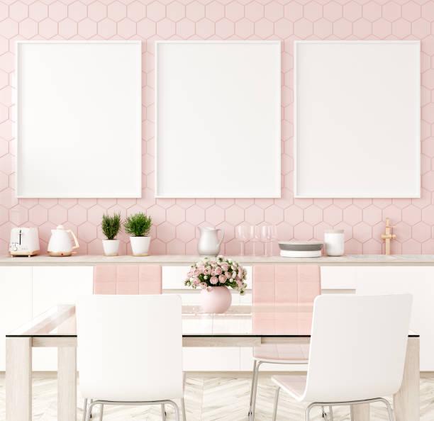plakatrahmen in pastellrosa küche - karten wandkunst stock-fotos und bilder