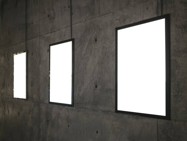 plakate blanken bilderrahmen auf zementwand - filmplakate stock-fotos und bilder