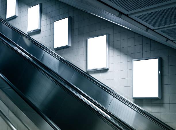 mock up verticale poster nella stazione della metropolitana con la scala mobile - escalator foto e immagini stock