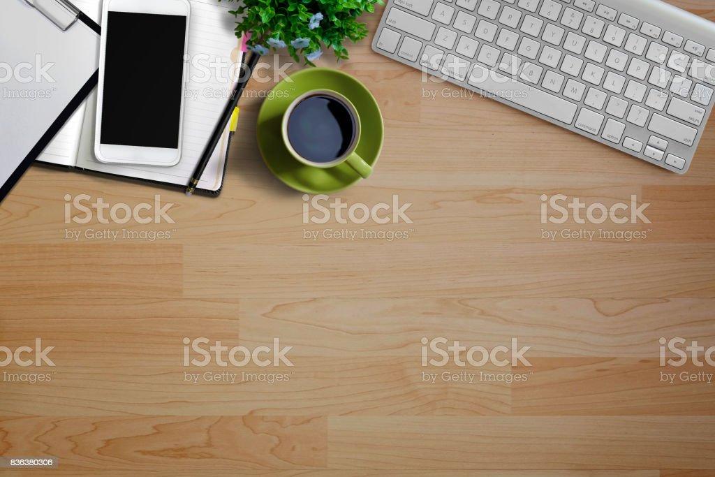 Mock up table de bureau bois travail moderne espace avec