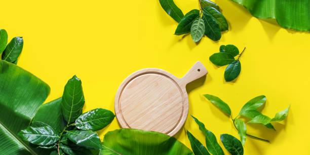 mock up bois hachage planche de palmier tropical - jungle menu photos et images de collection