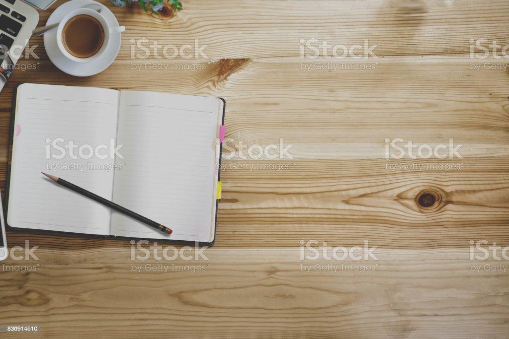 Mock up table de bureau moderne bois espace de travail avec