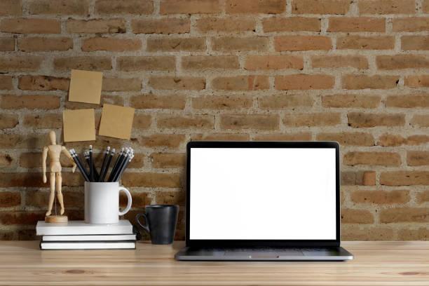 mock-up: arbeitsbereich holz schreibtisch und roten backsteinmauer. tischplatte mit laptop und notiz leer screener grafik anzeigen montage. - schmaler tisch stock-fotos und bilder