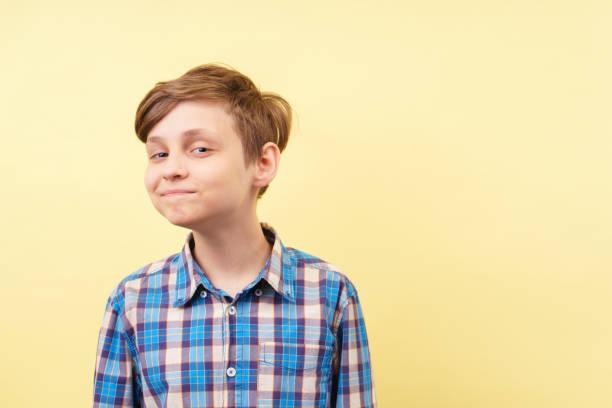burlándose de burlona scoffing chico con sonrisa irónica - ironía fotografías e imágenes de stock