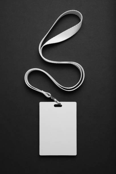 insignia de mockup, id de etiqueta de nombre, tarjeta de cordón sobre fondo negro - insignia símbolo fotografías e imágenes de stock