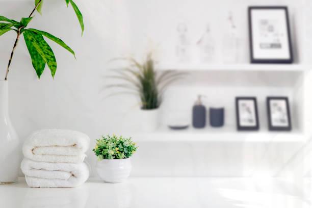 Toallas de baño de Mockup en mesa de madera en habitación blanca con espacio de copia. - foto de stock