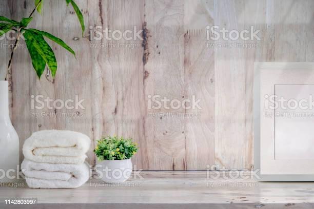 Mockup bath towels on wooden table with copy space picture id1142803997?b=1&k=6&m=1142803997&s=612x612&h=dvijpnixudcvqj6g55hyfw50pemgsq9jjsg41u463he=