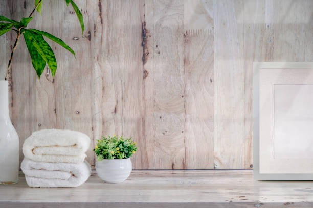 Mockup toallas de baño en mesa de madera con espacio de copia. - foto de stock