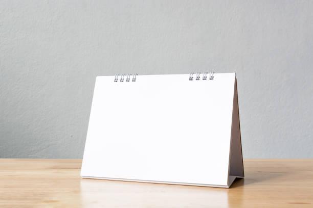 Mock-up leer Tischkalender auf Holztisch. Vorlage für design – Foto