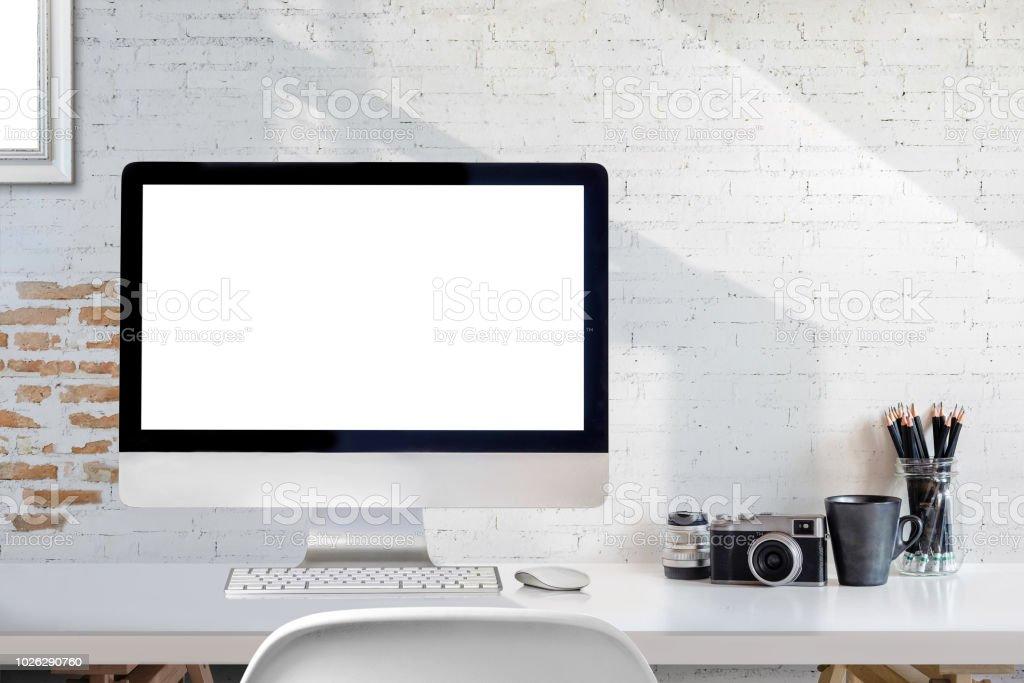 Ordinateur de bureau écran blanc maquette et appareil photo