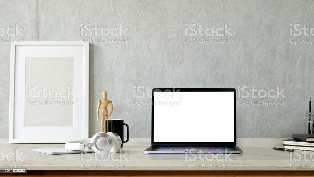 Ordinateur portable écran blanc de maquette et affiche sur le