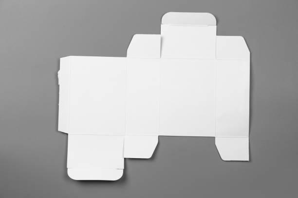 mock-up plan vorlage des weißbuchs-box-verpackung auf grauem hintergrund. alten karton mit gestanzten muster. - box falten stock-fotos und bilder