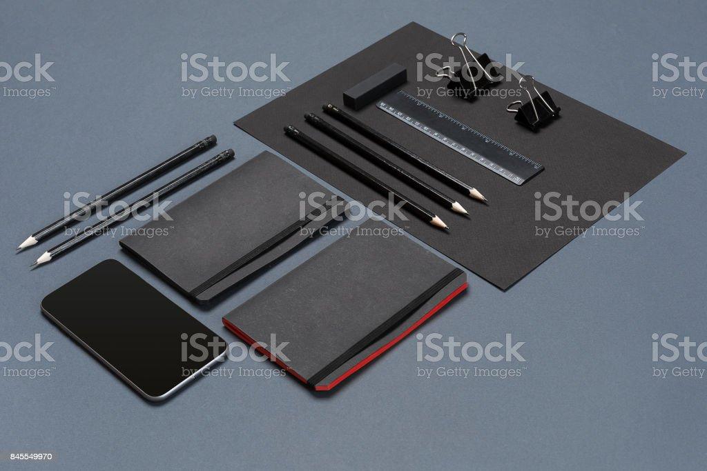 Maquete negócios marca modelo no plano de fundo cinzento. Conjunto de papelaria preto - foto de acervo