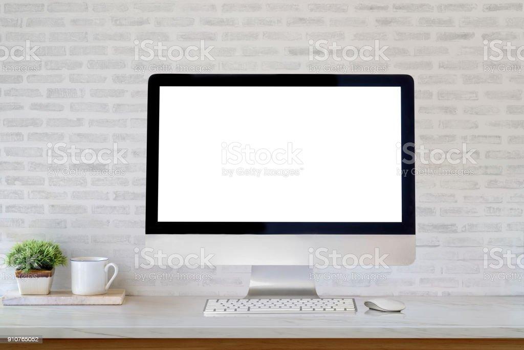 Maqueta pantalla en blanco del escritorio Computadoras y café taza sobre la mesa. foto de stock libre de derechos