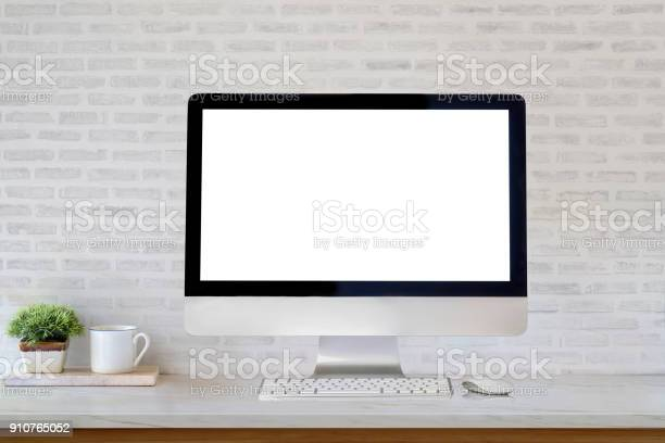 Mockup desktop blank screen computer and coffee mug on table picture id910765052?b=1&k=6&m=910765052&s=612x612&h=innzxwiimkdgogpvo7gphy2qnoljhcmxljppmsaarna=