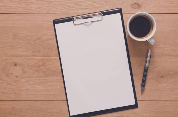 mockup for checklist, note paper and coffee on wood background - organizzatore elettronico foto e immagini stock