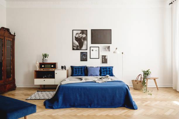 mockup-galerie an der wand von marineblauem vintage-schlafzimmer im mietshaus. echtes fotomokomat - marineblau schlafzimmer stock-fotos und bilder