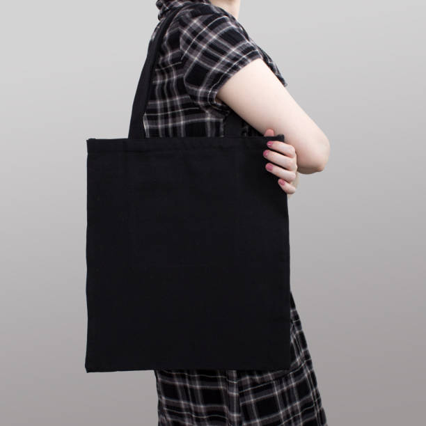 Mock-up. Mädchen in Tracht trägt schwarze Baumwoll-Einkaufstasche. – Foto