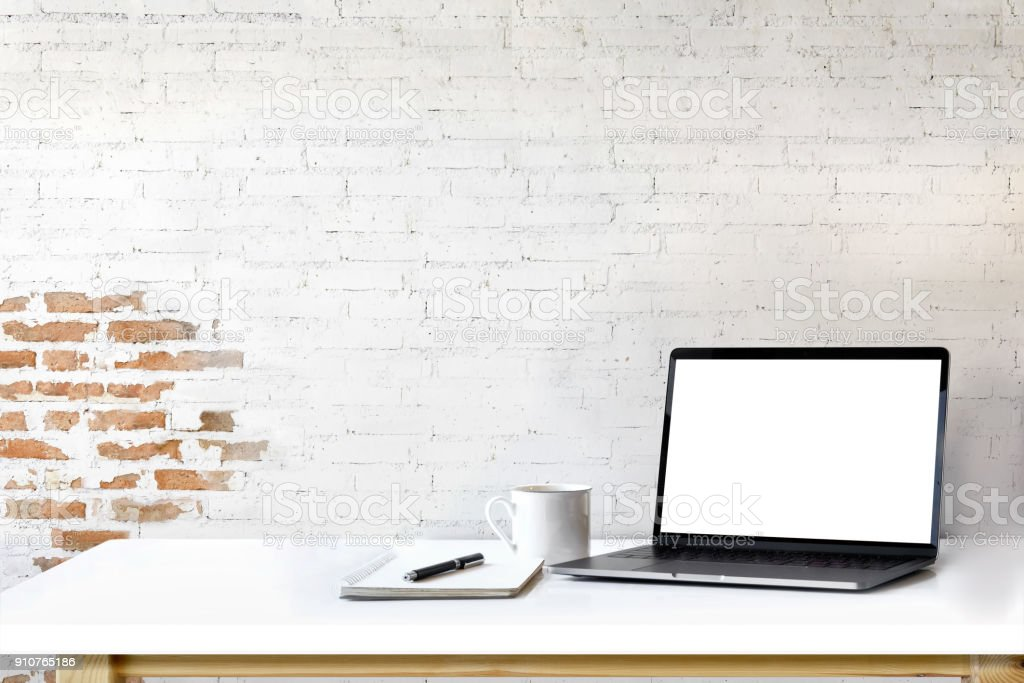 Mockup laptop on white wood. foto stock royalty-free
