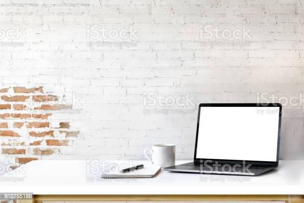 Mockup laptop on white wood picture id910765186?b=1&k=6&m=910765186&s=612x612&h=d3gyeg8yf2vnfnrkvstjmq6o0bvzml26hlizttlyy0a=