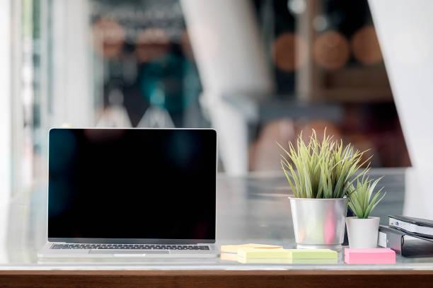 Mockup portátil que muestra la pantalla en blanco en la oficina moderna. - foto de stock