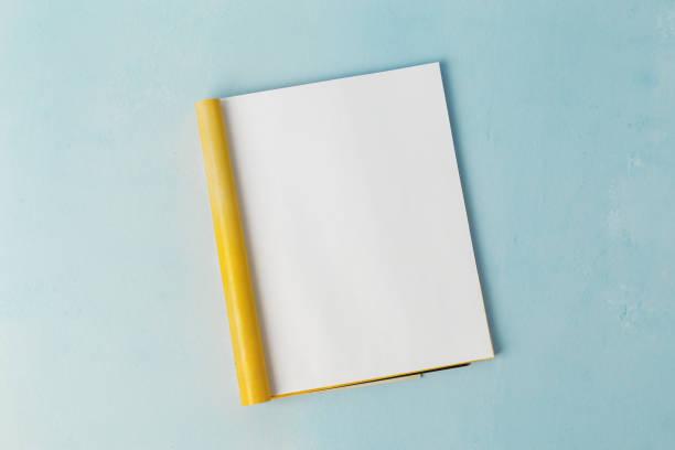 mock-up magazin vorlage. offene seite des magazins auf blauem hintergrund. ansicht von oben. textfreiraum - zeitschrift aufgeschlagen stock-fotos und bilder