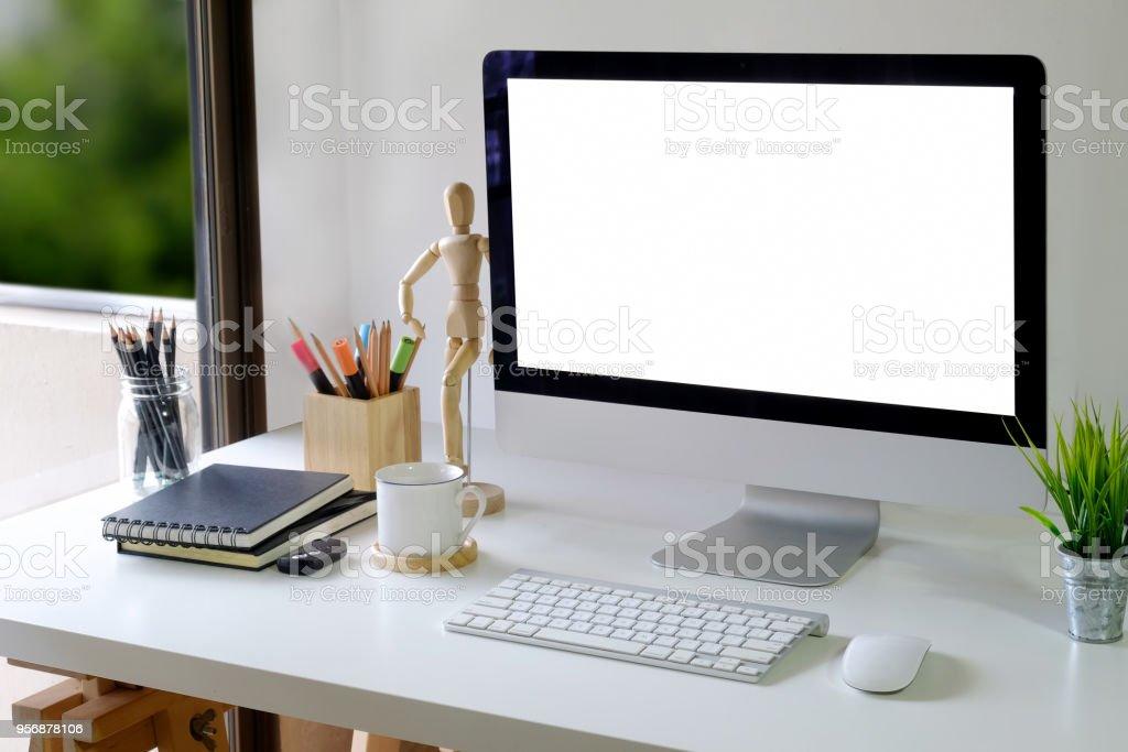 Travail de bureau moderne maquette avec ordinateur de bureau sur